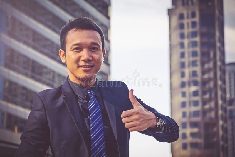 бизнесмен показывая большие пальцы руки вверх стоковые фотографии rf