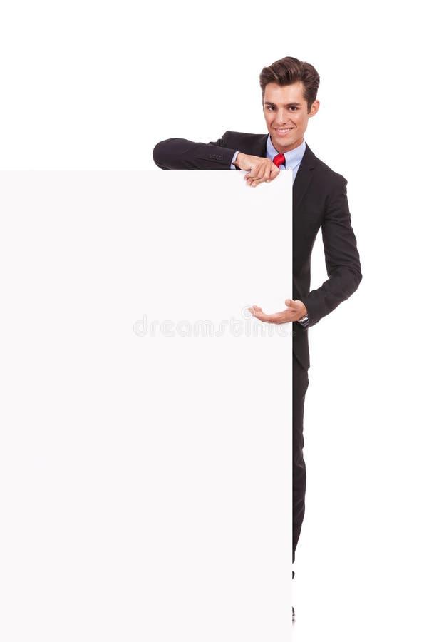 Бизнесмен показывая большую пустую доску стоковое изображение