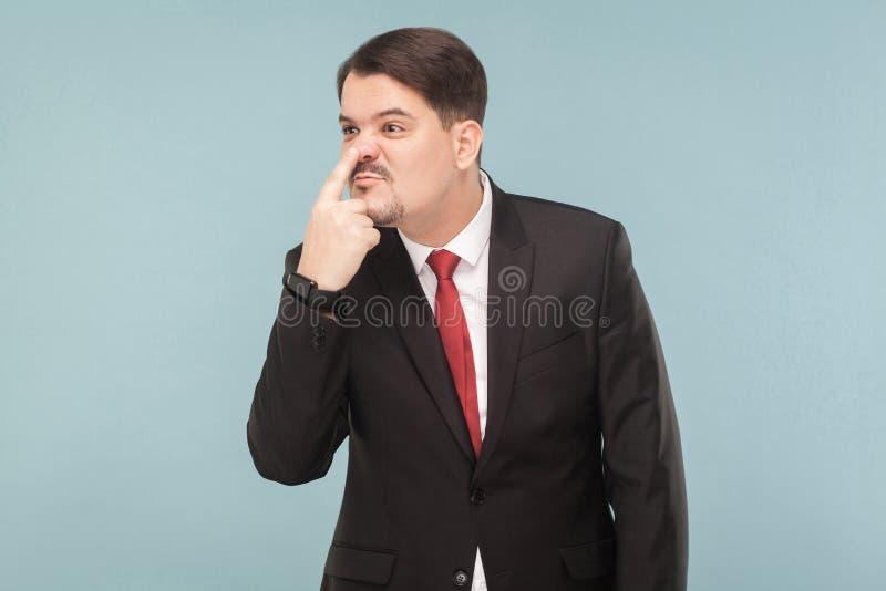 Бизнесмен показывая знак лжеца, указывая палец на сторону стоковая фотография