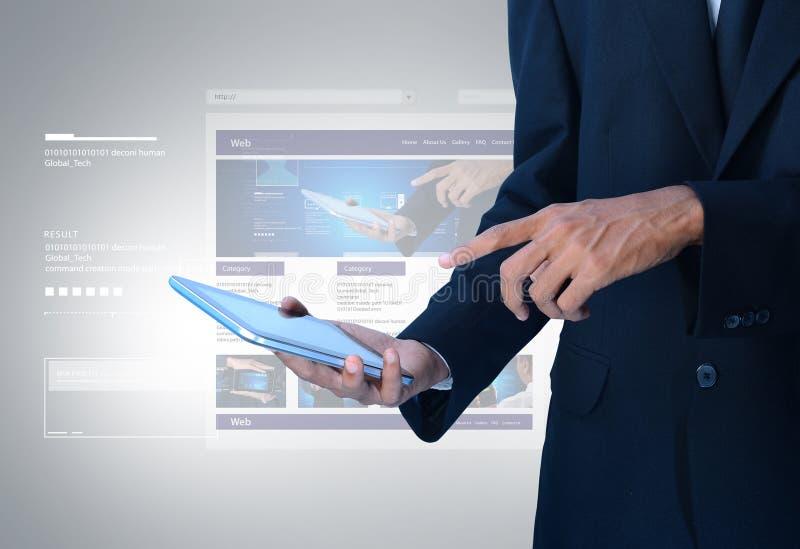 Бизнесмен показывая интернет-страницу на таблетке стоковое изображение rf