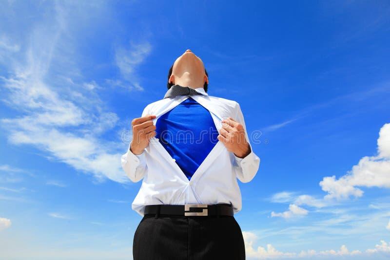 Бизнесмен показывая костюм супергероя стоковая фотография