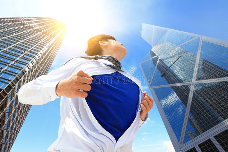 Бизнесмен показывая костюм супергероя стоковые изображения