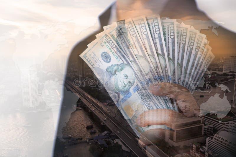 Бизнесмен показывая наличные деньги в наличии с взгляд сверху большого города стоковое изображение