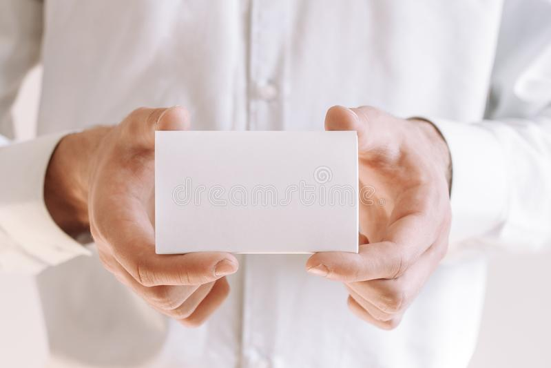 Бизнесмен показывая пустой кусок бумаги Бизнесмен в белой рубашке давая визитную карточку стоковая фотография