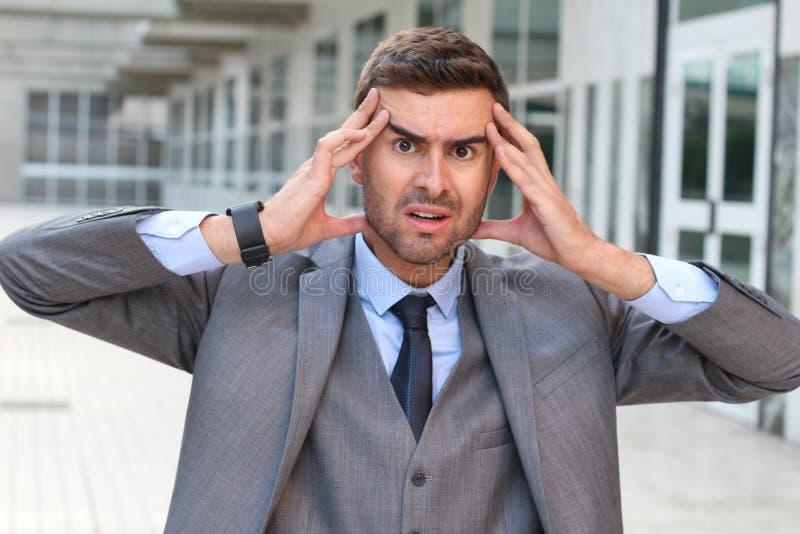 Бизнесмен показывая страх и стресс близкое поднимающее вверх стоковое изображение