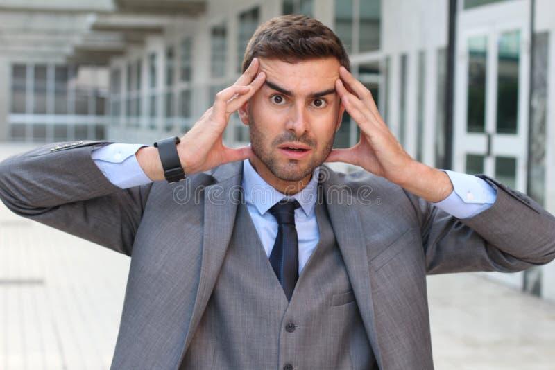 Бизнесмен показывая страх и стресс близкое поднимающее вверх стоковая фотография rf
