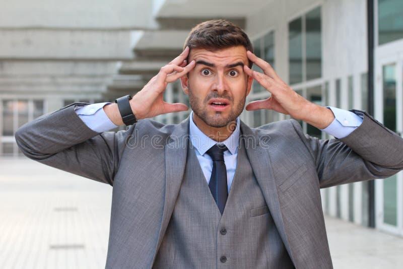 Бизнесмен показывая страх и стресс близкое поднимающее вверх стоковые изображения