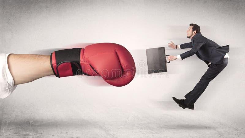 Бизнесмен получает увольнятьым огромной кладя в коробку рукой стоковое фото rf