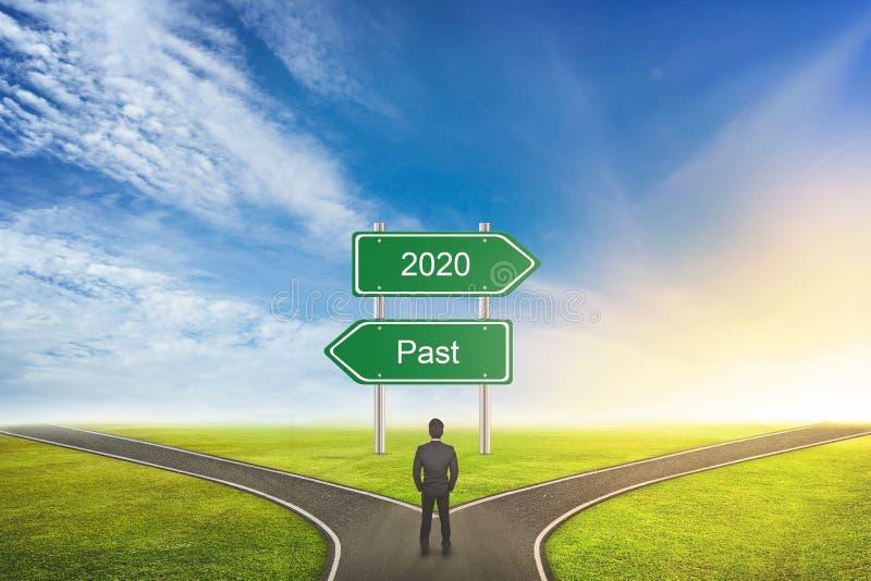 Бизнесмен Понятие выбора правильного пути Между PAST или 2020 годами стоковые фото