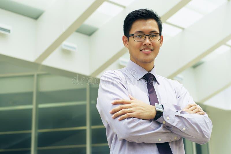 Бизнесмен портрета китайский усмехаясь вне космоса текста офиса стоковое изображение