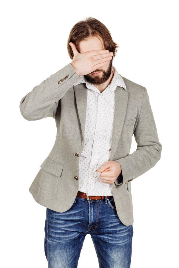 Бизнесмен портрета молодой покрывая его наблюдает с его рукой emot стоковое фото