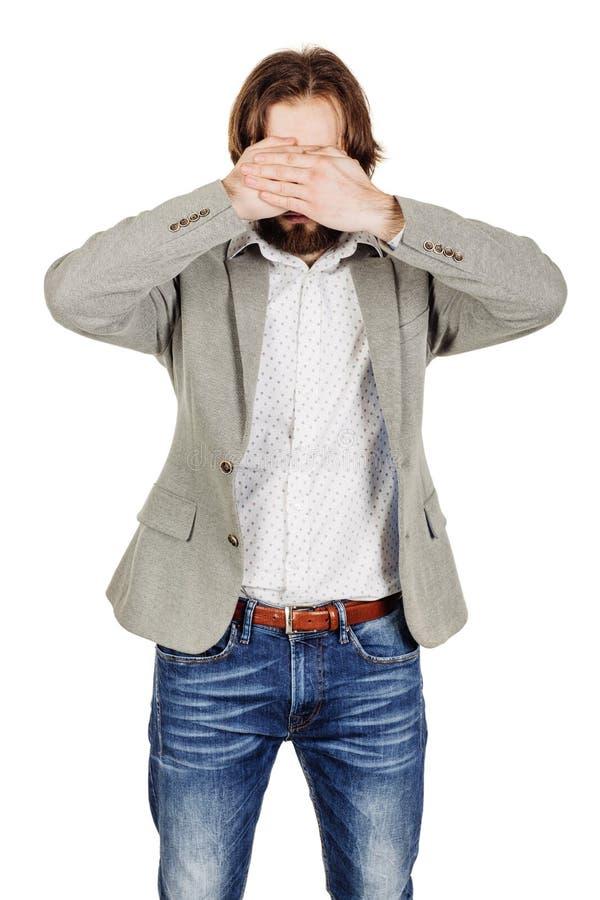 Бизнесмен портрета молодой покрывая его наблюдает с его рукой emot стоковые фото