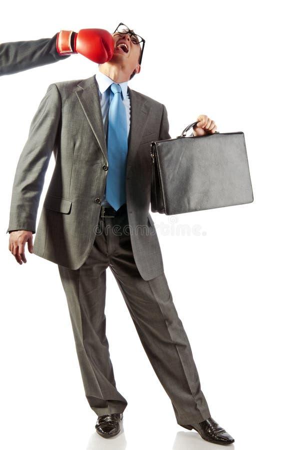 бизнесмен постучал вне детенышами портфолио стоковые изображения