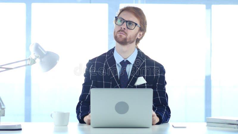 Бизнесмен потерянный в мыслях, планируя новая идея Redhead стоковое изображение rf