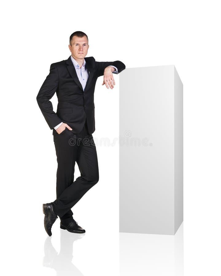 Бизнесмен положенный на белой пустой коробке стоковое фото