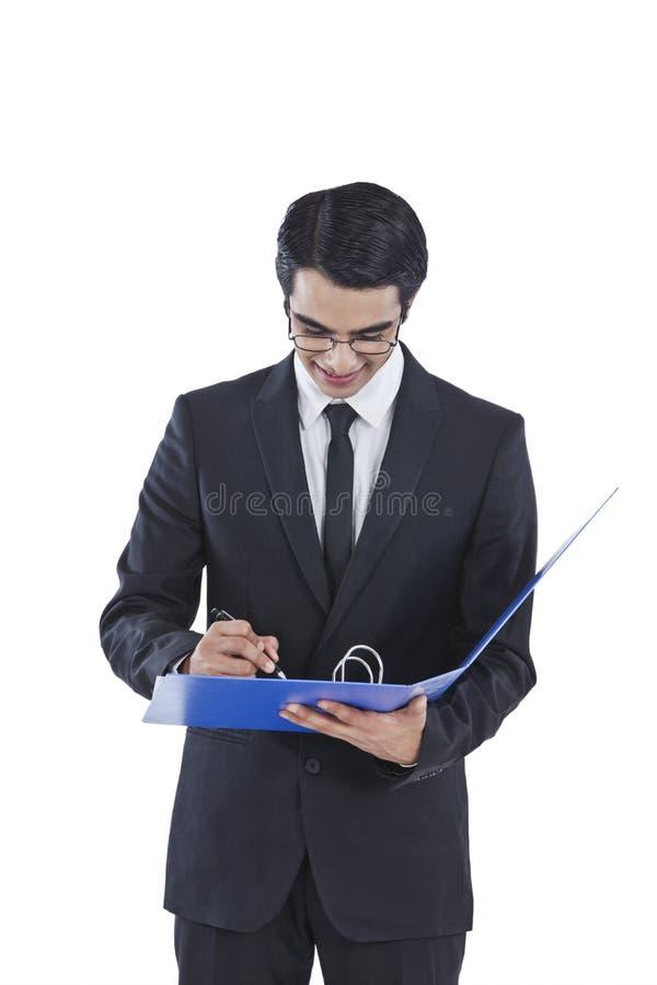 Бизнесмен подписывая документ стоковые фотографии rf