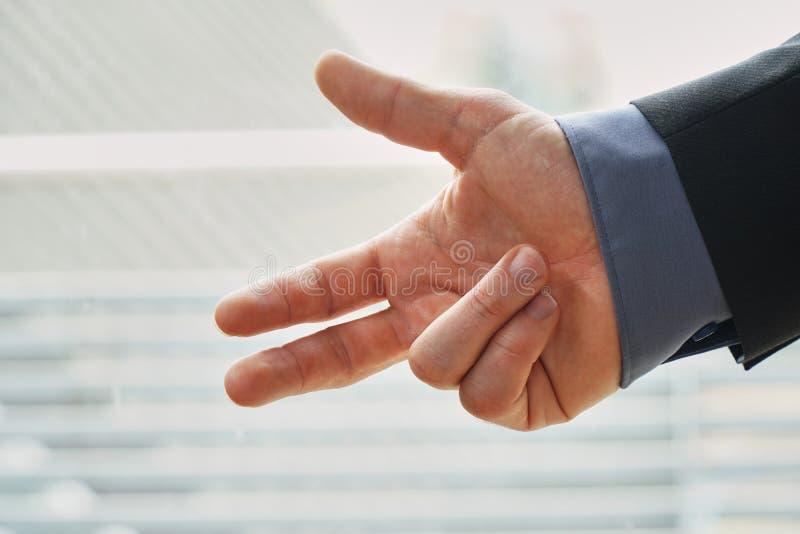 Бизнесмен подсчитывая до 3 - чистый и простой с copyspace стоковое фото