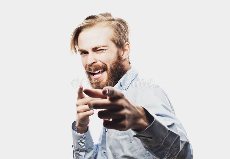 Бизнесмен празднуя его успех над белой предпосылкой стоковая фотография
