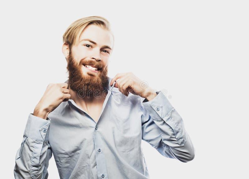 Бизнесмен празднуя его успех над белой предпосылкой стоковые фото