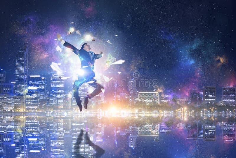 Download бизнесмен празднуя успех Мультимедиа Стоковое Фото - изображение насчитывающей ново, дело: 81807914