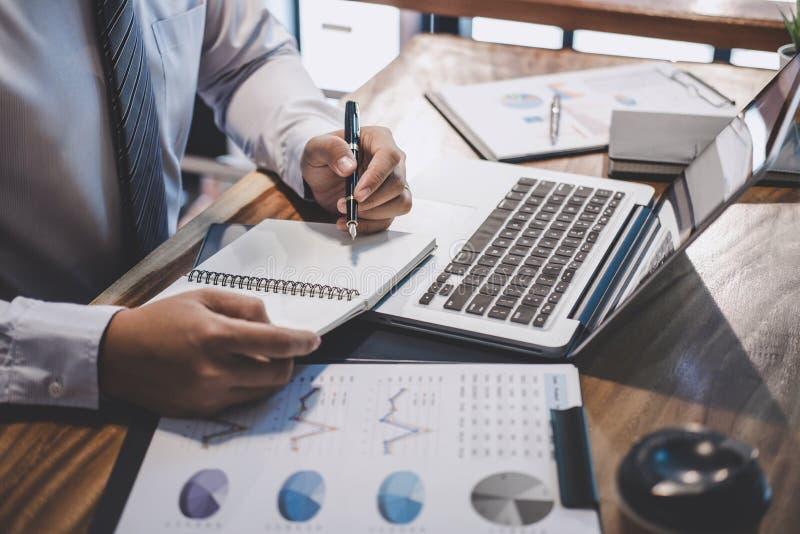 Бизнесмен предпринимателя печатая на ноутбуке на рабочем месте, людях работая в офисе с использованием отчета о ноутбука и докуме стоковые фото