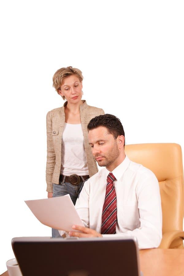 бизнесмен представляя рапорт к женщине стоковое фото rf
