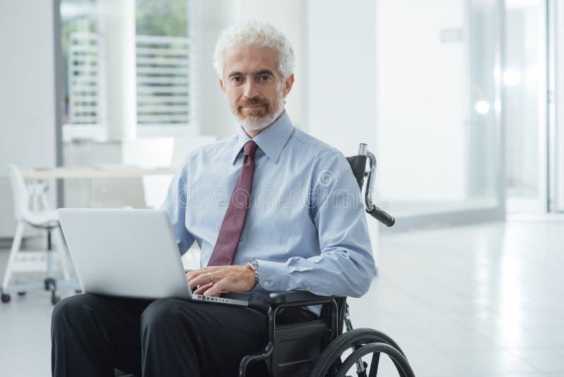 Бизнесмен преодолевая инвалидность стоковое фото rf
