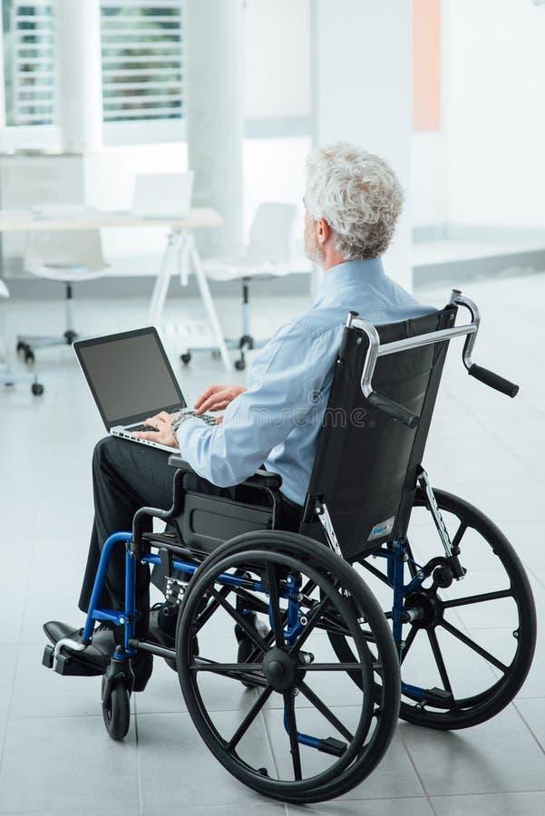 Бизнесмен преодолевая инвалидность стоковое изображение rf