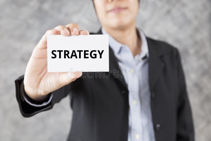 бизнесмен представляя визитную карточку с стратегией слова иллюстрация вектора