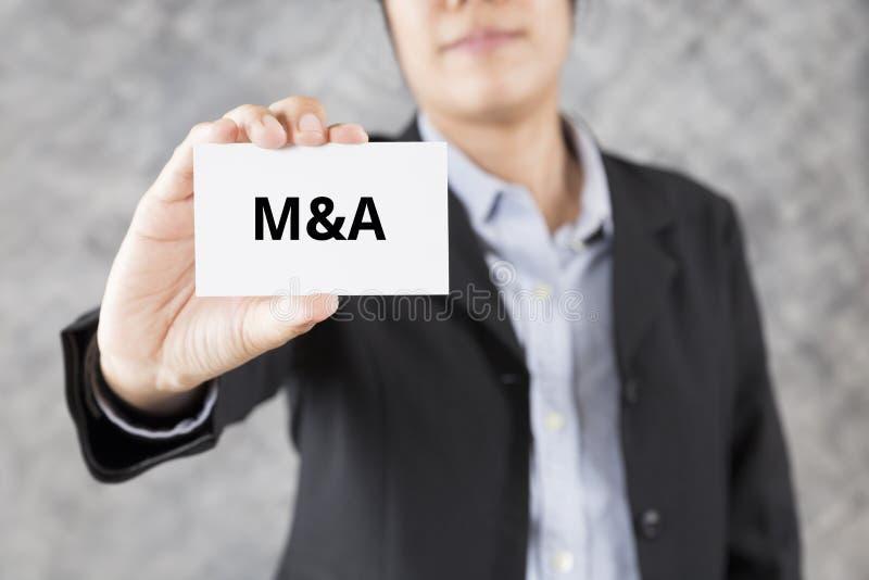 бизнесмен представляя визитную карточку с словом M&A иллюстрация вектора