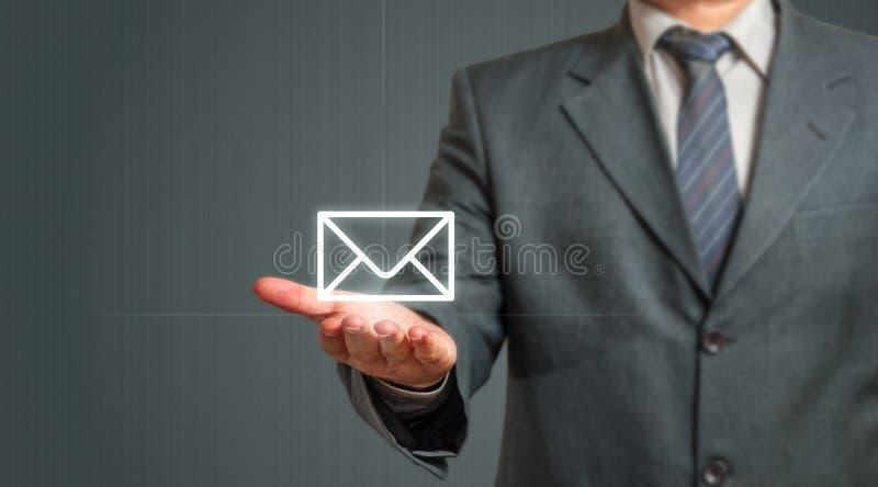 Бизнесмен представляя значок электронной почты стоковое фото rf