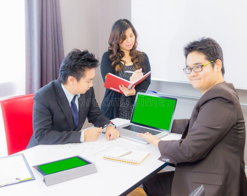 Бизнесмен представляя продукт к клиенту стоковое фото rf