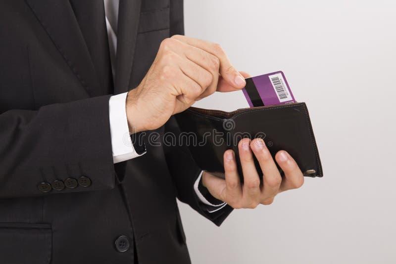 Бизнесмен принимая кредитную карточку от бумажника стоковые фотографии rf