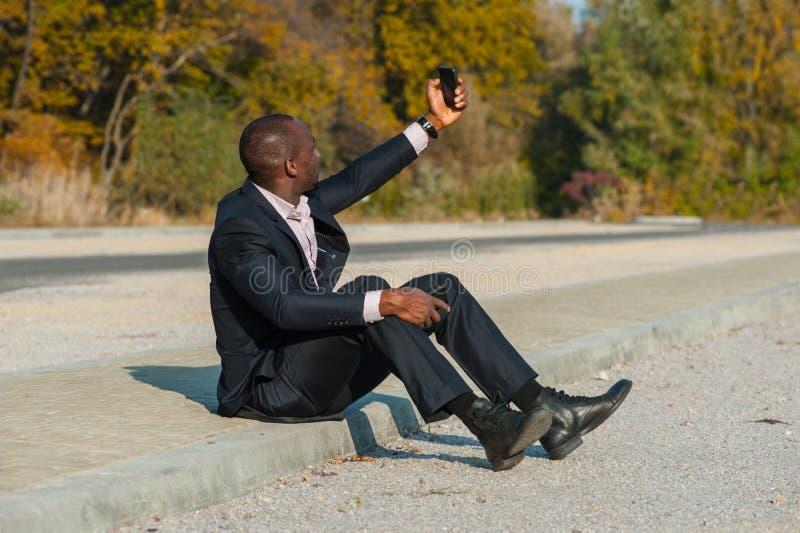 Бизнесмен принимая selfie стоковое изображение
