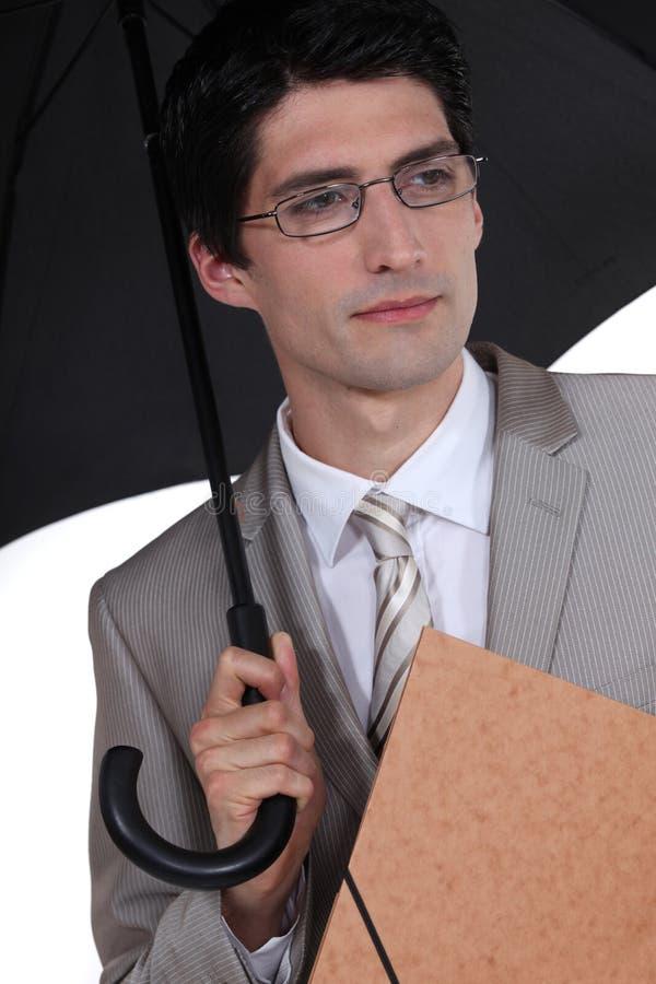 Бизнесмен приютить от дождя стоковая фотография rf