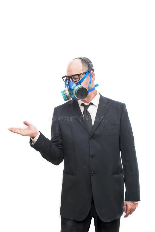 Бизнесмен при маска противогаза ждать что-то падает выше стоковое фото rf
