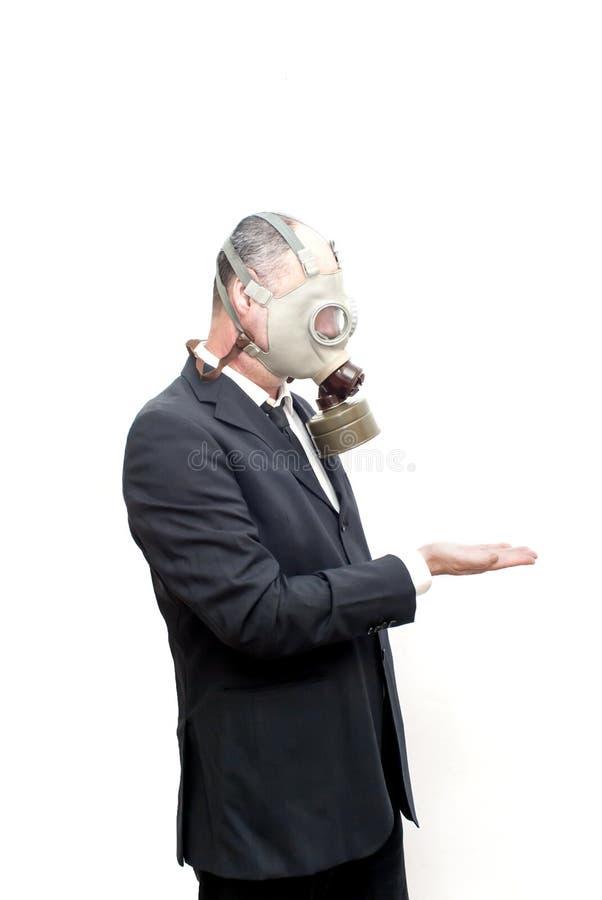 Бизнесмен при маска противогаза ждать что-то падает выше стоковое изображение