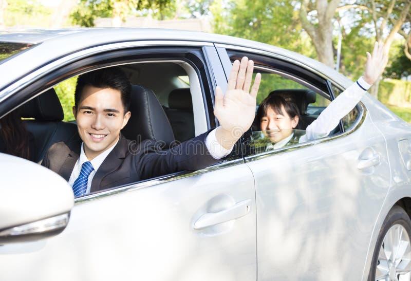 Бизнесмен при дочь управляя автомобилем идет работать и обучать стоковые фотографии rf