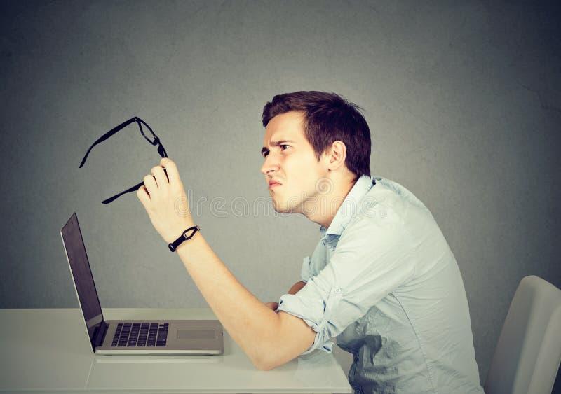 Бизнесмен при стекла имея проблемы зрения быть смущенным стоковое фото rf