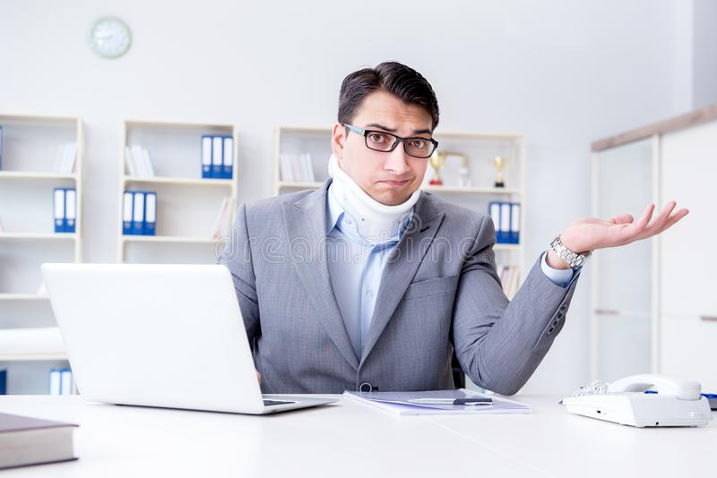 Бизнесмен при ушиб шеи работая в офисе стоковые фотографии rf