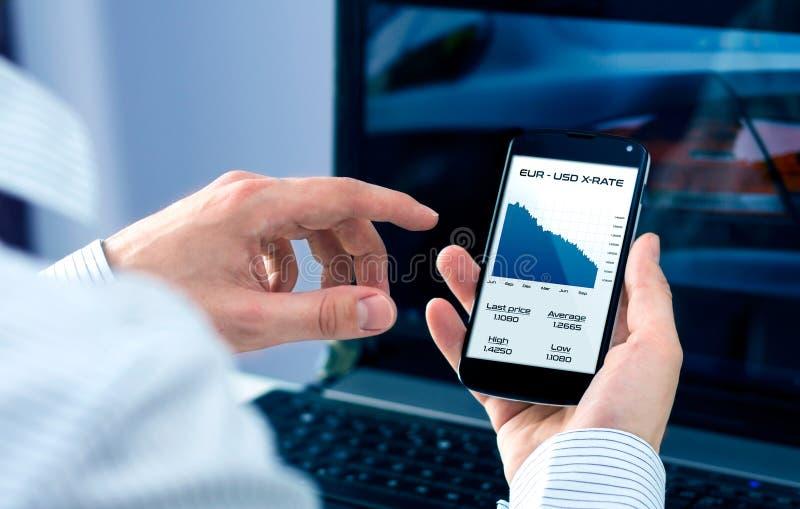 Бизнесмен проверяет обменный курс стоковое изображение rf