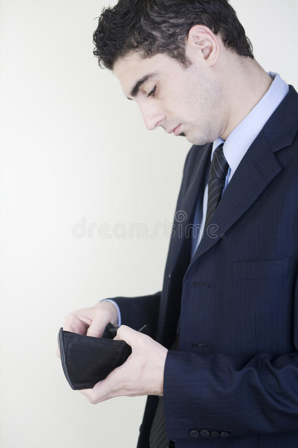 бизнесмен проверяя его бумажник стоковые фото