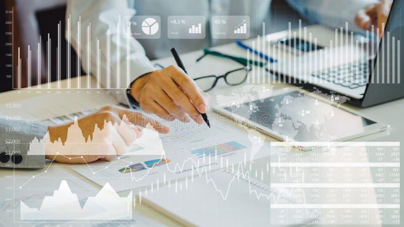 Бизнесмен проверяя финансовый результат экономики компании стоковое изображение