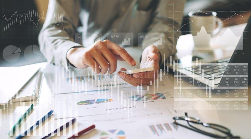Бизнесмен проверяя финансовый результат экономики компании стоковое фото rf