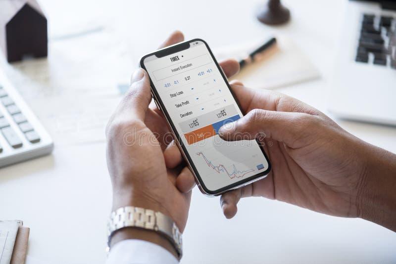 Бизнесмен проверяя фондовую биржу онлайн стоковое фото