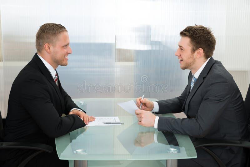 Бизнесмен проводя опрос о возможностях занятости стоковое фото