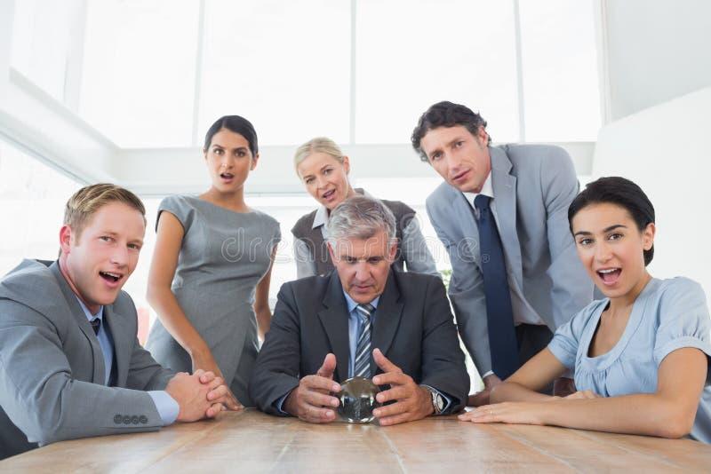 Бизнесмен прогнозируя будущее с его хрустальным шаром стоковые изображения rf