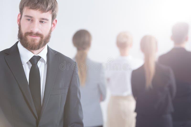Бизнесмен против группы людей стоковые изображения rf