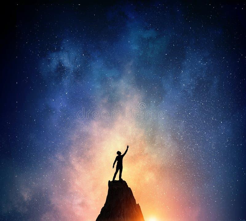 Download Бизнесмен против звёздного неба Мультимедиа Стоковое Изображение - изображение насчитывающей муха, тайна: 81807885