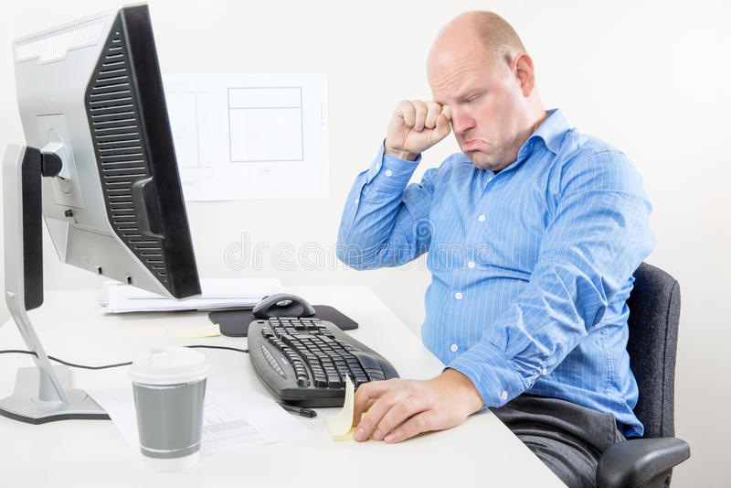 Бизнесмен плача и пища на офисе стоковое фото
